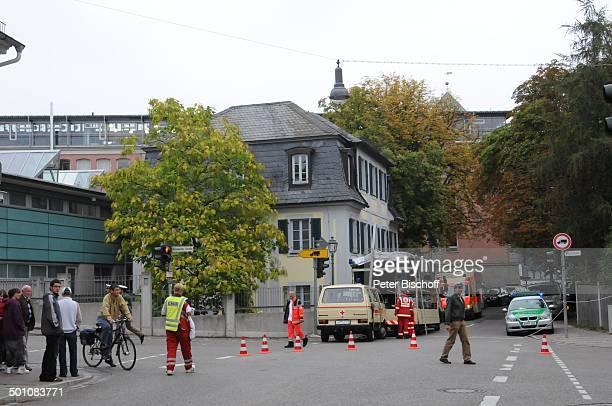 Krankenwagen nach Amoklauf am Gymnasium Carolinum Arbeitsamt Ansbach Bayern Deutschland Europa Schicksal Amok Schüler Sammelstelle Promi BB E PNr...