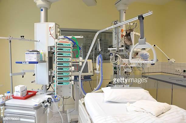 Krankenzimmer mit Überwachungs und Infusionstechnik auf der Intensivstation des Berliner Bundeswehrkrankenhauses