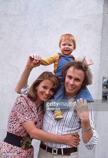 Kraus Peter *Schauspieler Saenger Entertainer Dmit seiner Frau Ingrid und seinem Sohn Mike 1974