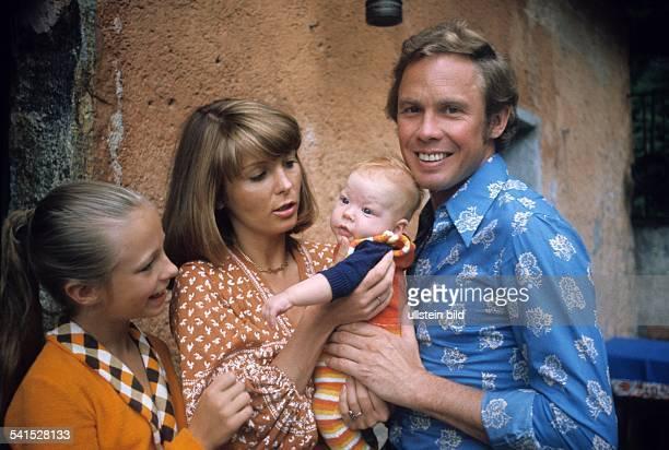Kraus, Peter *-Schauspieler, Saenger, Entertainer, Dmit seiner Frau Ingrid deren Tochter Gabrielle und seinem Sohn Michael- 1973