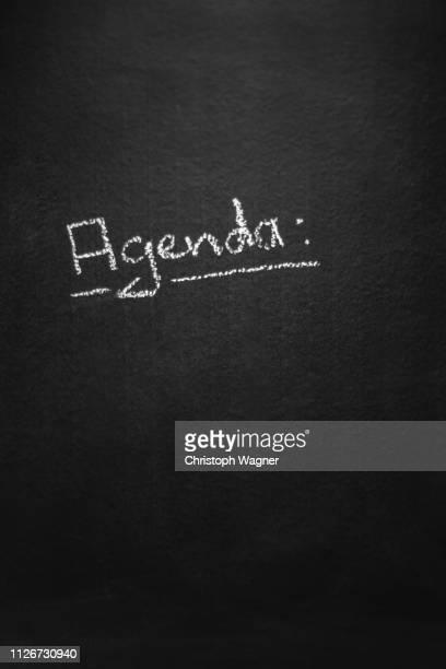 kreide tafel - agenda - berufliche beschäftigung stock pictures, royalty-free photos & images