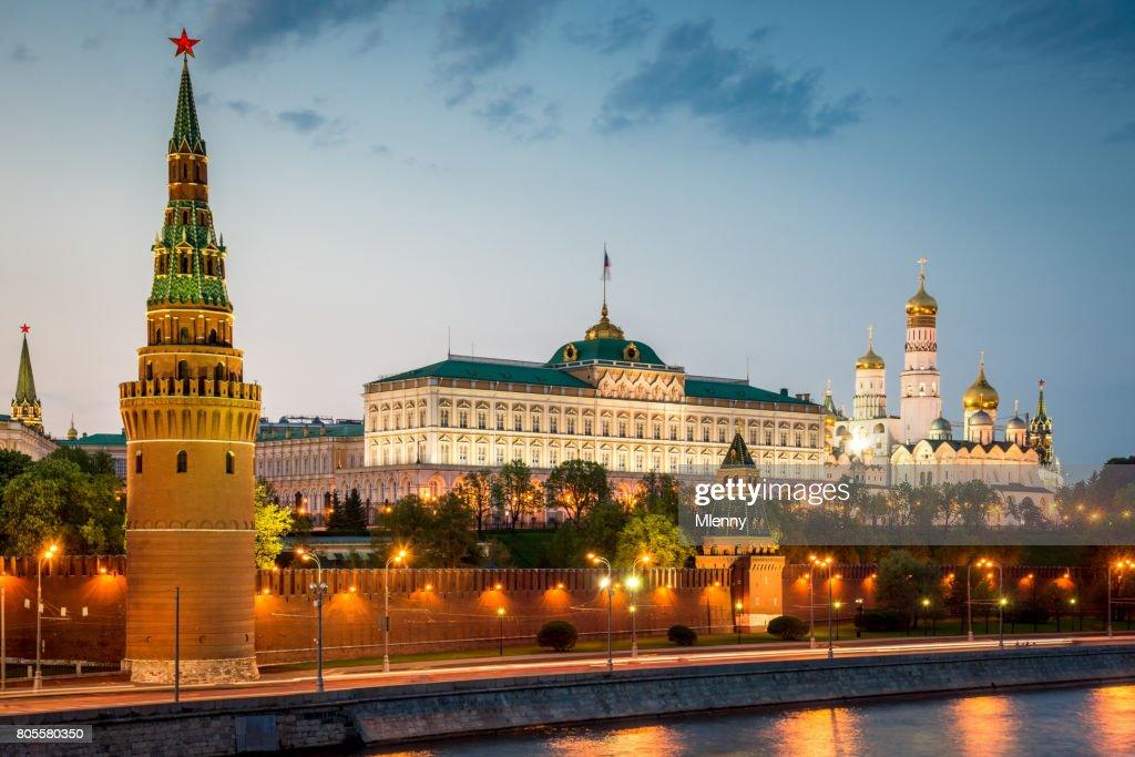 Kremlin in Moskou bij zonsondergang Twilight Rusland : Stockfoto