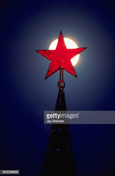 kremlin's red star at night - comunismo fotografías e imágenes de stock