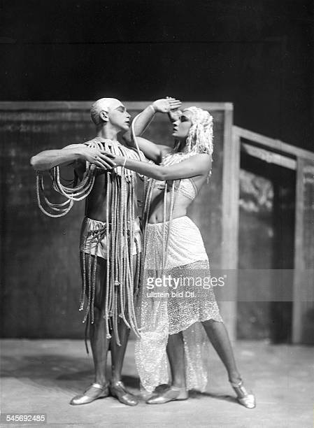 Kreutzberg Harald dancer choreographer G*dancing with Yvonne Georgi in a scene of the ballet 'The creation of the World' by Blaise Cendrars Neues...
