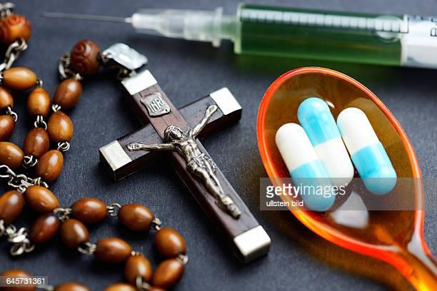Kreuz Tabletten und Spritze Symbolfoto Sterbehilfe