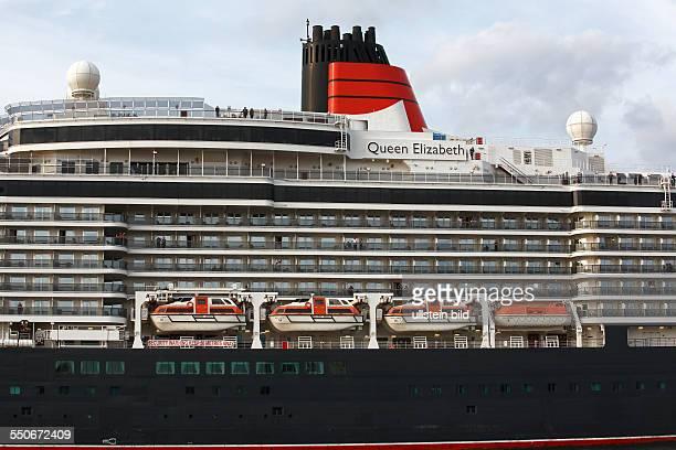 Kreuzfahrtschiff Queen Elizabeth läuft im Abendlicht aus dem Hamburger Hafen aus Seitenansicht mit Rettungsbooten Hamburg Deutschland