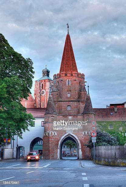 kreuztor city gate and liebfrauenmuenster or muenster zur schoenen unseren frau, church of our lady, ingolstadt, upper bavaria, bavaria, germany, europe - インゴルシュタット ストックフォトと画像
