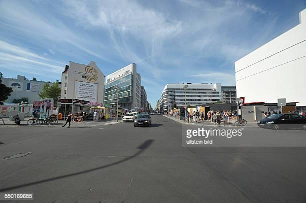 Kreuzung Friedrichstrasse/Zimmerstrasse am ehemaligen alliierten Grenzkontrollpunkt Checkpoint Charlie mit der Geschichtsschau zum Kalten Krieg und...