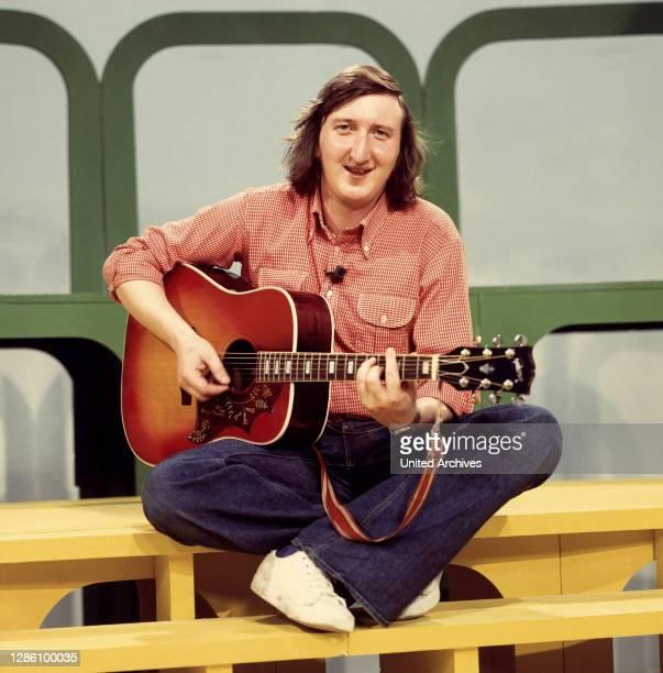 Krüger, Schauspieler, Sänger, Comedian, mit Gitarre, 1975. Porträt, Musik, 70er.