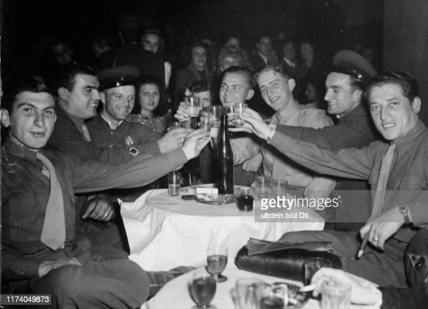Kriegsende Frankreich Männer beim anstossen 1945