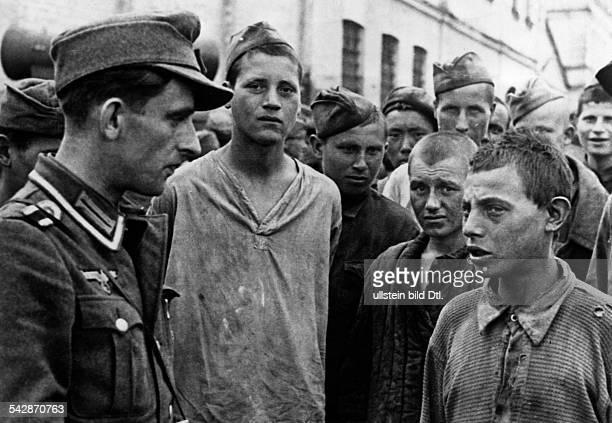 Kriegsgefangene russische Jugendlichenach der Schlacht bei Charkow im Gespraechmit einem deutschen Soldaten September 1943
