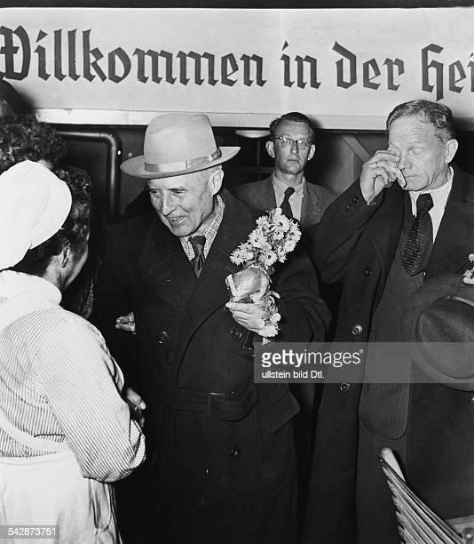 Kriegsheimkehrer General Friedrich Gollwitzer wird im Lager Friedland von einer Krankenschwester begrüsst veröffentlicht BZ