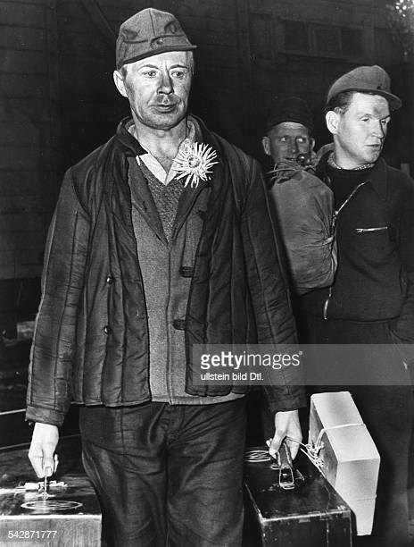 Kriegsheimkehrer mit Koffern 1955