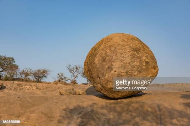 krishna's butter ball, mahabalipuram, tamil nadu, india - boulder rock stock pictures, royalty-free photos & images