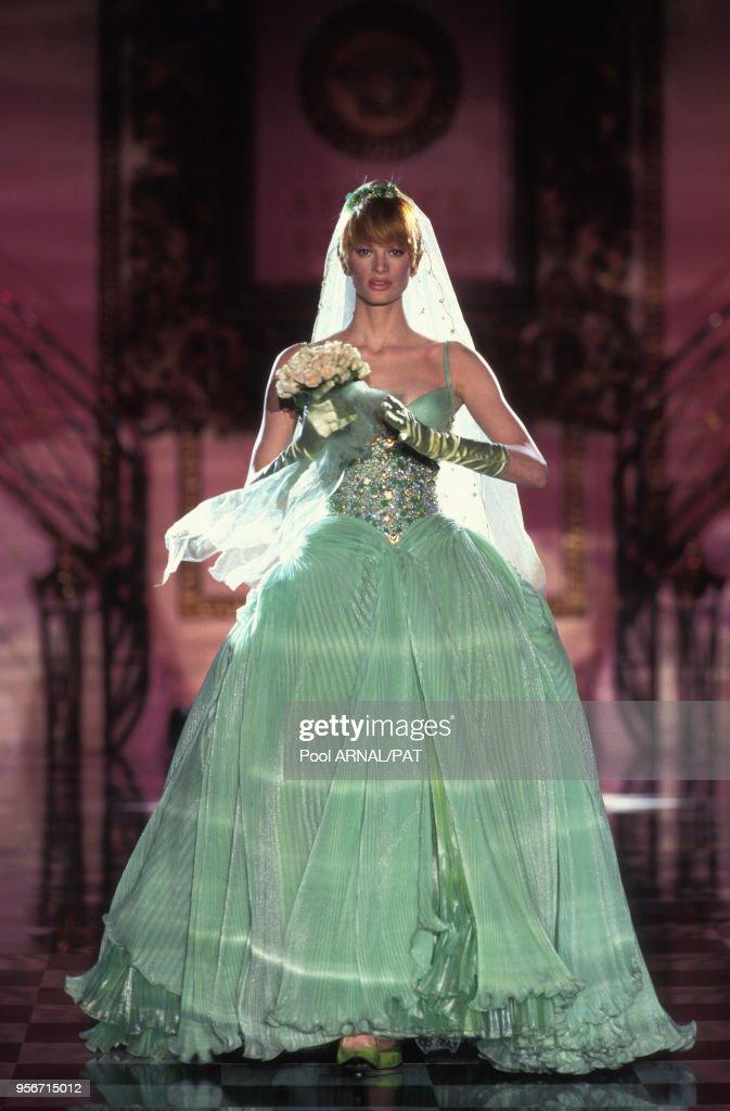 bfe30f2a054 Kristen Mc Menany porte une robe de mariée de couleur verte pour le ...
