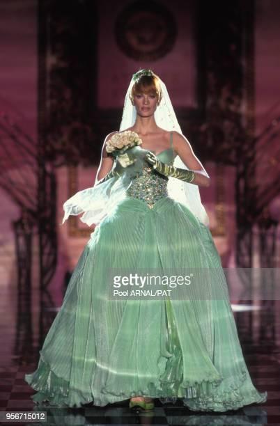 Kristen Mc Menany porte une robe de mariée de couleur verte pour le final du défilé Versace Haute Couture Printemps/Eté en janvier 1995, Paris,...