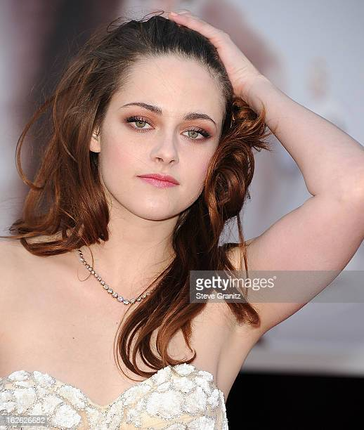 Kristen Stewart arrives at the 85th Annual Academy Awards at Dolby Theatre on February 24, 2013 in Hollywood, California.