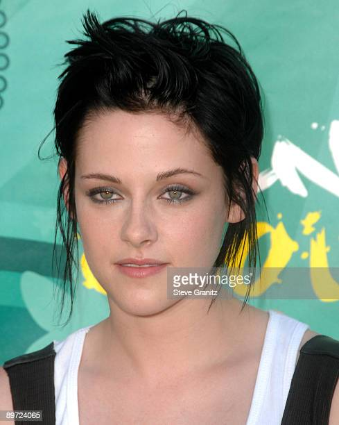 Kristen Stewart arrives at the Teen Choice Awards 2009 held at the Gibson Amphitheatre on August 9 2009 in Universal City California