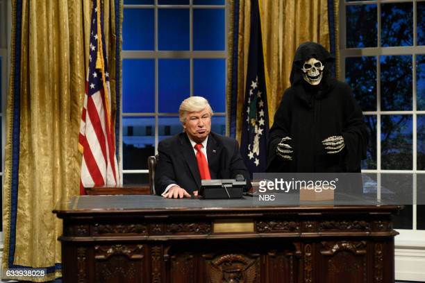 LIVE Kristen Stewart Episode 1717 Pictured Alec Baldwin as President Donald J Trump Mikey Day as advisor Steve Bannon during the Oval Office Cold...