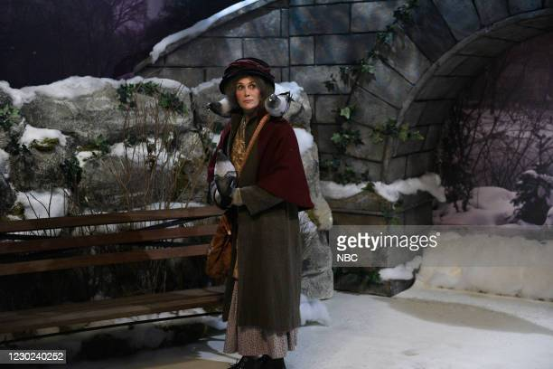 """Kristen Wiig"""" Episode 1794 -- Pictured: Host Kristen Wiig as the Pigeon Lady during the """"Home Alone 2"""" sketch on Saturday, December 19, 2020 --"""