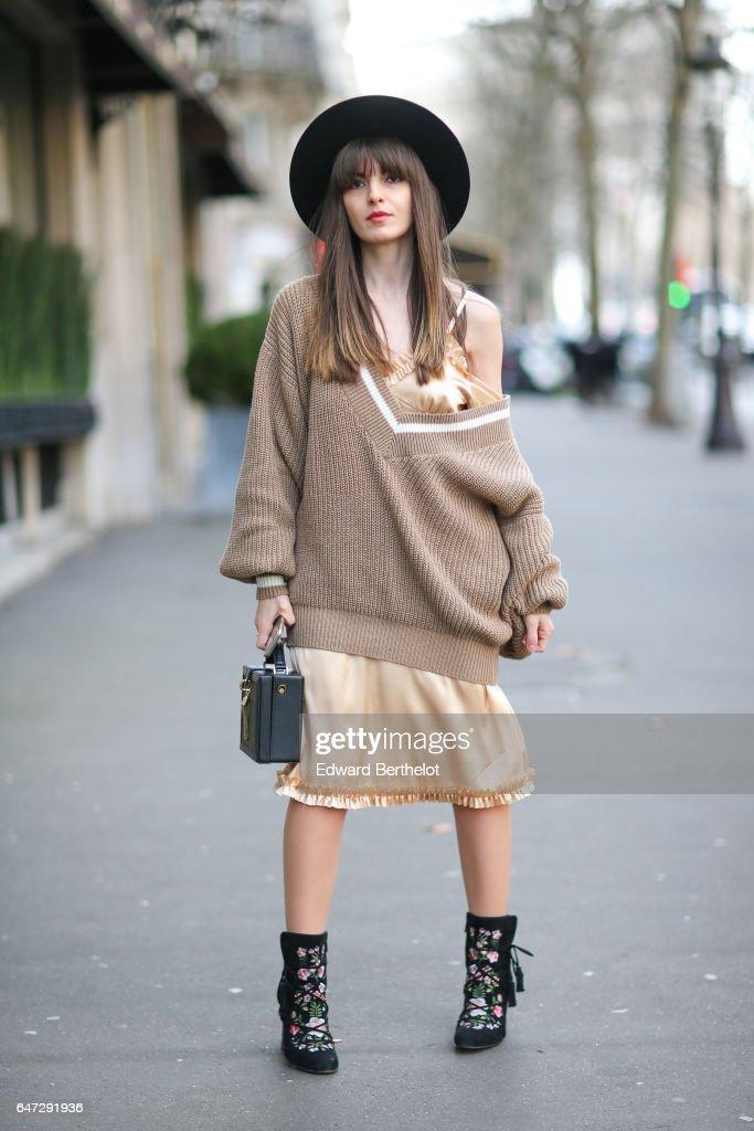 Street Style : Day Three - Paris Fashion Week Womenswear Fall/Winter 2017/2018 : News Photo