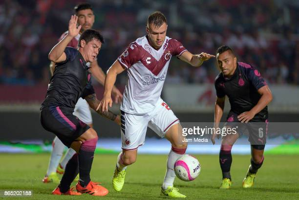 Kristian Alvarez of Veracruz fights for the ball during the 14th round match between Veracruz and Chivas as part of the Torneo Apertura 2017 Liga MX...
