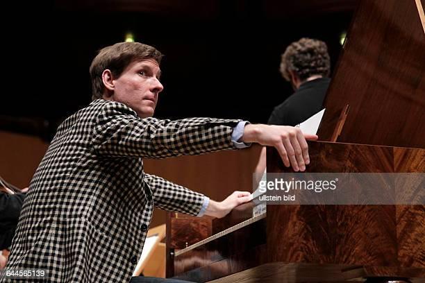 Kristian Bezuidenhout begleitet das Freiburger Barockorchester unter der Leitung des spanischen Dirigenten Pablo Heras-Casado Philharmonie Köln