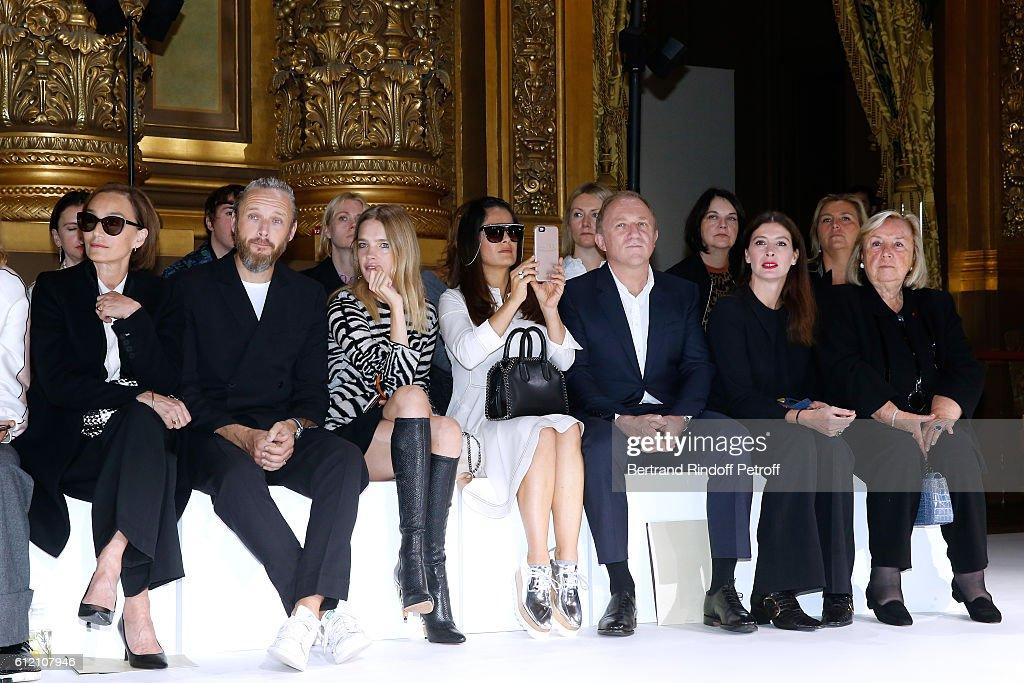 Stella McCartney : Front Row  - Paris Fashion Week Womenswear Spring/Summer 2017 : ニュース写真