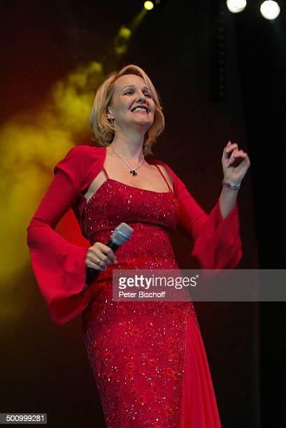 Kristina Bach 'Die grosse WDR 4SchlagerStarparade' Oberhausen Sängerin Auftritt Bühne Mikrophon Kleid Abendkleid Promi PNr1099/2003 HS Foto...