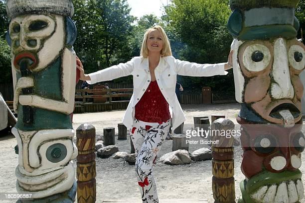 Kristina Bach nach der ARDShow 'Kinderquatsch mit Michael' 'HansPark' in Sierksdorf/Schleswig Holstein Rundgang indianischer Marterpfahl