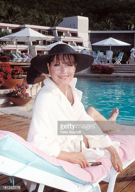 Kristina Nel PRO 7 Serie Glueckliche Reise Folge 9 Australien Hayman Island/Grosses BarrierRiff/Australien HaymanResortHotel Pool Sonnenliege Hut...