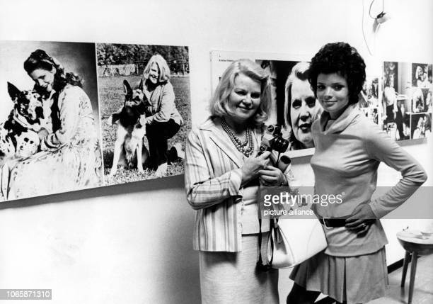 """Kristina Söderbaum and Uschi Glas at the exhibition """"Reunion gives pleasure"""" in the Gallery Hammer in Berlin on the 29th of June in 1970 on the..."""