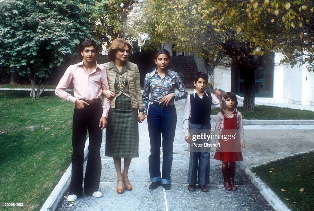 Kronprinz Reza Cyrus (15, Thronfolger), Mutter Farah Diba Pahlavi (Kaiserin von Pers : Nachrichtenfoto