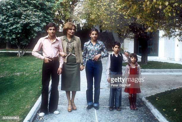 Kronprinz Reza Cyrus Mutter Farah Diba Pahlavi Schwester Prinzessin Farahnaz Bruder Prinz Ali Reza Schwester Prinzessin Leila Besuch der Kaiserin bei...