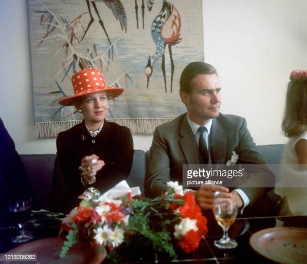 Kronprinzessin Margrethe von Dänemark und ihr Mann Prinz Henrik nach der Ankunft im Flughafengebäude in Düsseldorf Lohausen am . Margrethe trägt...