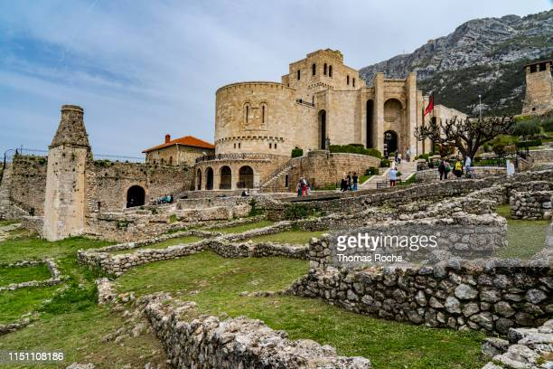 kruja castle - krujë stockfoto's en -beelden