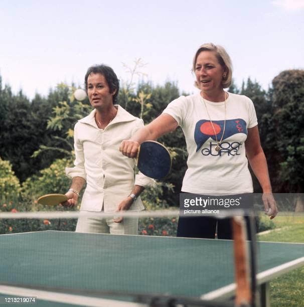 Krupp-Erbe Arndt von Bohlen und Halbach, der Sohn des Großindustriellen Alfried Krupp von Bohlen und Halbach, spielt am 25.4.1974 mit seiner Ehefrau...