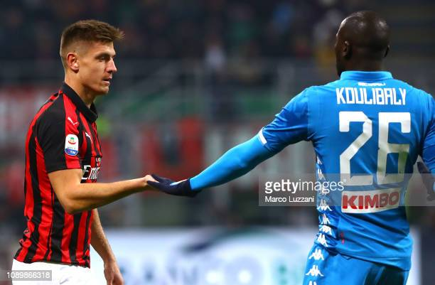 Krzysztof Piatek of AC Milan shakes hands with Kalidou Koulibaly of SSC Napoli during the Serie A match between AC Milan and SSC Napoli at Stadio...