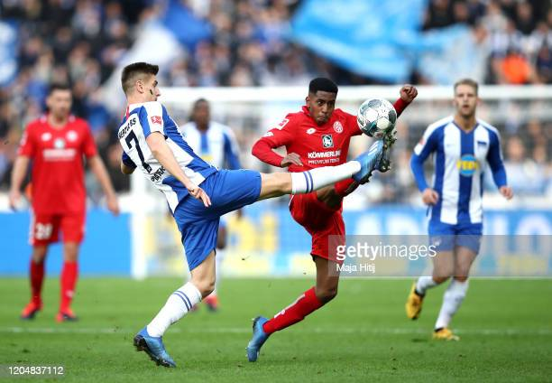 Krzysztof Piatek of Herta BSC stretches for the ball with Leandro Barreiro Martins of 1 FSV Mainz 05 during the Bundesliga match between Hertha BSC...