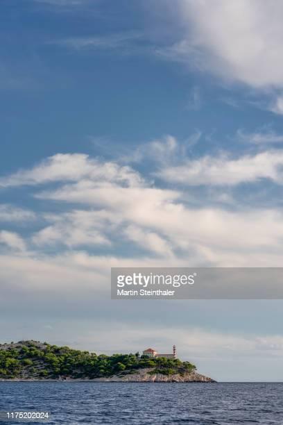 küstenlandschaft in den kornaten - insel mit leuchtturm - küstenlandschaft stock pictures, royalty-free photos & images
