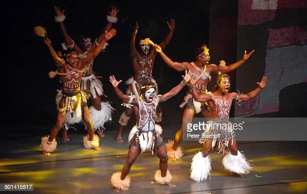 Küstentanz von der Elfenbeinküste 'Afrika Afrika'Show 'MusicalTheater' Bremen Deutschland Europa Auftritt Bühne Tanz tanzen Tänzer Akrobat Artist...
