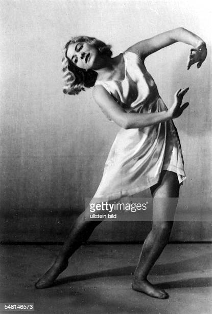 KäteLore Schenk Tänzerin D Solotänzerin der Deutschen Staatsoper Berlin Szene aus einem modernen Bühnentanz ohne Jahr