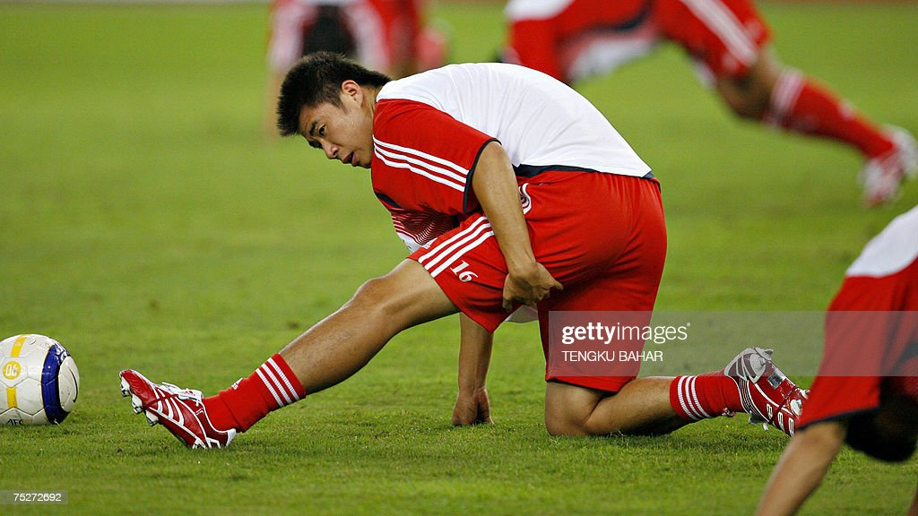 Chinese football player Dong Fangzhuo st... : News Photo