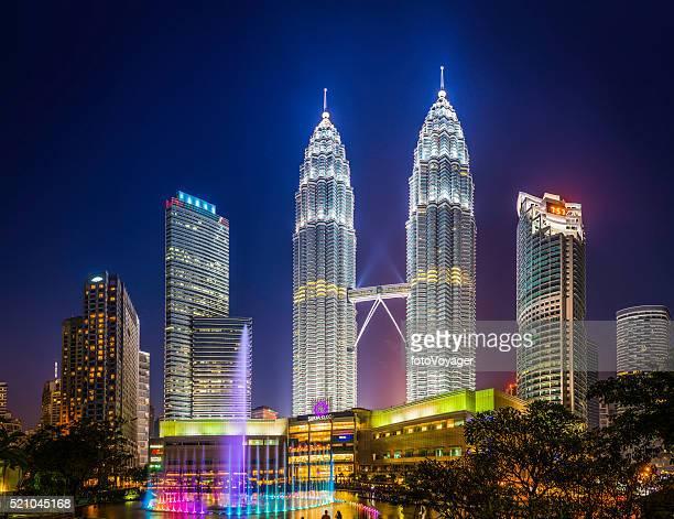 Kuala Lumpur neón noche Torres Petronas KLCC Parque iluminado de Malasia