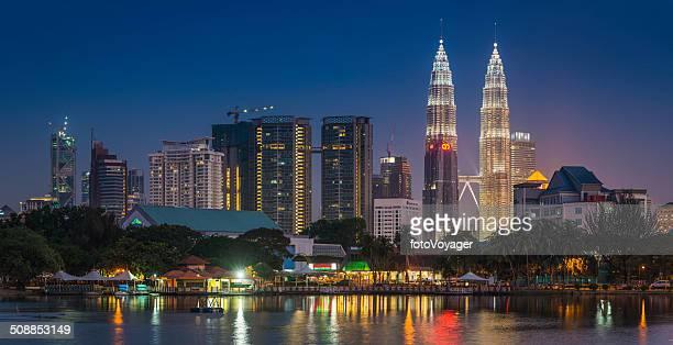 クアラルンプールのペトロナスタワーの高層ビルのダウンタウンの夕暮れのマレーシア照明付きブルー