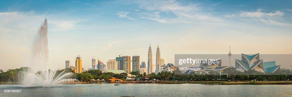 Kuala Lumpur Torres Petronas marco fonte cidade de arranha-céus ao pôr-do-sol, Malásia : Foto de stock