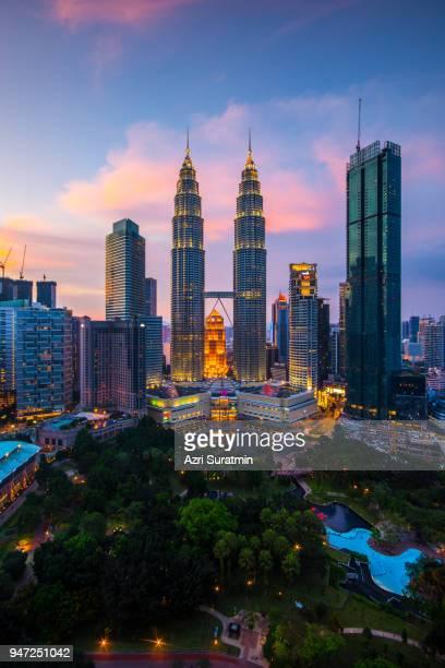 kuala lumpur skyline, malaysia - torres petronas - fotografias e filmes do acervo