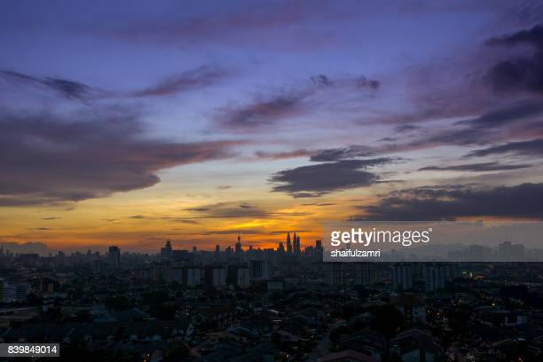 kuala lumpur, the capital of malaysia. its modern skyline is dominated by the 451m-tall klcc, a pair of glass-and-steel-clad skyscrapers. - shaifulzamri photos et images de collection