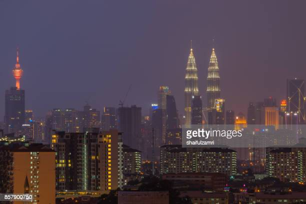 kuala lumpur, the capital of malaysia. its modern skyline is dominated by the 451m-tall klcc, a pair of glass-and-steel-clad skyscrapers. - shaifulzamri stockfoto's en -beelden
