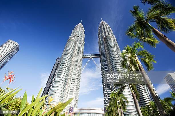kuala lumpur das petronas twin towers contra o céu azul - torres petronas - fotografias e filmes do acervo